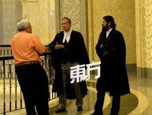 阿斯頓(右起)和五大宗教咨詢理事會代表律師許統義,在法庭外與媒體交談。(攝影:顏泉春)