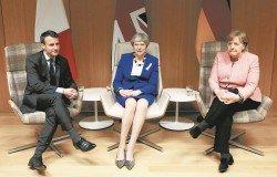 法国总统马克龙(左起)、英国首相特丽莎梅和德国总理默克尔,为了美国针对欧盟钢铝征收关税的豁免期限將至,在日前商议对策。这是他们在3月22日,出席比利时布鲁塞尔举行的欧盟春季峰会。