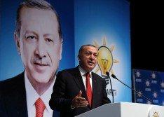 土耳其總統埃爾多安周六在里澤發,向他所領導的正義與發展黨的黨員表演說。他指美國為了一名牧師,而背棄了同為北約組織盟國的土耳其,這種作法令人惱火而且難過。