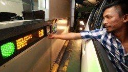 一觸即通卡充值服務已從私人汽車入境通道移除,往后民眾必須在關卡以外的地方為一觸即通卡充值。圖為一名駕駛者在新山關卡,使用一觸即通卡繳付通關費。 (檔案照)