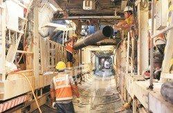 隨著地下隧道日漸深入,工作人員也必須安裝與接駁壓縮管,以保證建築原料供應量充足,也能即時把挖掘出的泥石輸送到地面。(攝影:顏泉春)