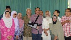 安華(中)與出席會面的文學界人士相見歡。右4為國家文學獎得主兼著名詩人拿督沙末賽益。(攝影:-徐慧美-)