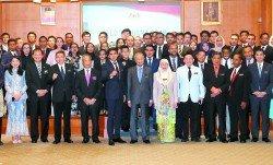 敦馬(前排左6起)、副首相旺阿茲莎及內閣部長,與參與內閣實習生計劃的青年們在分派儀式上合照。左起能源、工藝、 科學、氣候變化和環境部長楊美盈、工程部長巴魯比安、農業及農基工業部長沙拉胡丁、內政部長丹斯裡慕尤丁、青年及 體育部長賽沙迪、國際貿易及工業部長達樂雷京、國防部長莫哈末沙布、人力資源部長古拉及經濟事務部長阿茲敏阿裡。