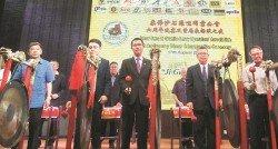 陳泓賓(前左3起)、謝儒安及鍾少雲主持柔佛沙石羅里同業公會六週年及理事就職典禮晚宴鳴鑼儀式。