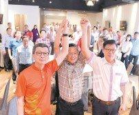 鄭今智(中)祝福林福山(左)和劉國泉,在福聯會的改選中旗開得勝。(攝影:黃良儒)