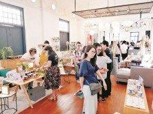 民眾可透過松山文創園創意市集,分享彼此生活,感受當地藝術創意品。