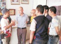 林立迎(左2)正在詳聽吉隆坡市政局官員給予的建議及解決方案。