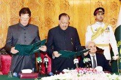 巴基斯坦信任總理伊姆蘭汗(左),周六在總統府宣誓就職。