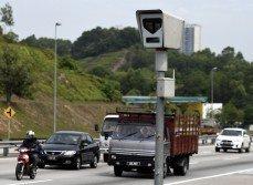 每當車子駛近自動執法系統時,司機就會放慢速度,避免被拍下超速的照片及罰款。隨著政府宣布取消自動執法系統,所有罰單一筆勾銷,無需償還。