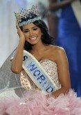 這是2011世界小姐冠軍得主薩克斯,她來自委內瑞拉。