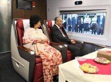 結束杭州行程的馬哈迪(右),與夫人西蒂哈斯瑪乘坐中國高鐵,從杭州東站往上海虹橋機場。