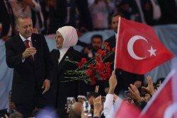 土耳其總統埃爾多安週六在首都安卡拉召開的執政正義與發展黨年度大會上重申,土耳其不會向「經濟政變圖謀」屈服。圖為埃爾多安和夫人把花拋向支持者。