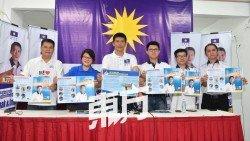 陳志忠(左3)推出4大承諾6項宣言,矢言監督雪州政府。左起為廖潤強、周美芬、張盛聞、李萬行和黃運偉。 (攝影:張真甄)