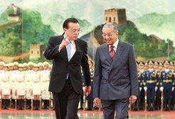 馬哈迪(右)訪問中國時,與中國總理李克強會面。