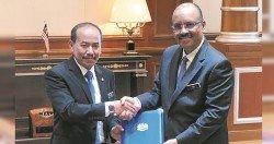 依斯邁(左)從阿里韓沙手中接過政府首席秘書的職位。