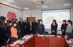 世界愛滋病日前夕,中國副總理、國務院防治愛滋病工作委員會主任孫春蘭(右4),到北京市考察愛滋病防治工作,並與工作人員交流。