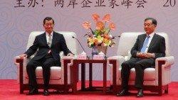 為期兩天的兩岸企業家峰會週二在中國福建廈門揭幕,中國全國政協主席汪洋(右)在開幕式前,與台灣前副總統蕭萬長及台灣與會團員會晤。