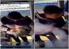 男子手持疑似土製炸彈上車,馬上拿出打火機將其點燃扔入車廂。