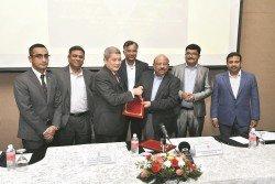 莫哈末卡林(左3)和eNoah主席兼董事尼爾萊納(右3)出席簽約儀式。