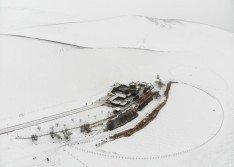 一場大雪,讓平日黃沙環繞的鳴沙山月牙泉,變成白茫茫一片,月牙形湖面也被冰雪覆蓋,現「雪色沙海」奇觀。