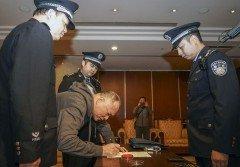 上個月14日,「紅通」逃犯鄭泉官被從美國強制遣返,在北京首都機場簽署文件。