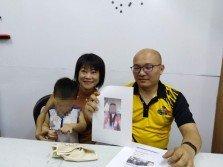 陳俐妏(左)抱著李佩雲(譯音)與陳姓男子生下的次子召開記者會,控訴遭拖欠保姆費,以及呼籲孩子的雙親出面解決問題。右為鄒裕豪手持李佩雲照片。