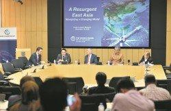 理查里克德(左起)、大馬證監會首席經濟學家黃康寧、亞洲商業學校主席查爾斯法恩、聯昌 國際首席經濟學家唐納漢納與蘇迪爾薛提,針對《東亞復興》報告進行討論。