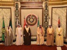 科威特埃米爾薩巴赫(左起)、卡塔爾外交國務部長蘇爾坦、阿曼副首相法赫德、沙地國王薩勒曼、巴林國王哈馬德,以及阿聯酋副總統穆罕默德,當地時間周日在利雅得出席海合會峰會。
