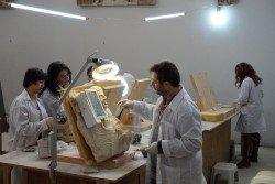 幾名文物修復師正在博物館工作室內,進行著文物修復的工作。由於敘利亞長期受戰火的摧殘,導致文物修復的人才流失。該館內目前只有8名修復師,卻有1500餘件文物待修,出現人手不足的窘況。