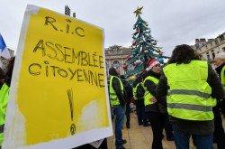 法國「黃背心」運動本週進行第5波抗議,部分「黃背心」舉著寫有RIC(意指「由公民發動公投」)的標語牌,希望能由人民直接發動公投,決定是否廢止一項法規、或撤銷某名公職人員的職務等。