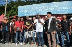 逾30人聚集在非法二手車行阻止吉隆坡市政局的拆除行動。前排左4為莫哈末卡馬。(攝影:曾鉦勤)