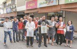 林晉伙(前排左起)和鄭鴻傑週三前往中南區聆聽當地販商的投訴意見后,直批指定塑料袋供應商壟斷市場,並稱將會致函予吉隆坡市政局,要求重新檢討可降解塑料袋的價格,以及加強宣導工作。