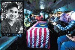 阿迪在斯里馬哈馬里安曼興都廟執勤時,遭毆打至重傷,週一晚重傷不治,其遺體入棺后,蓋上了國旗,送返老家吉打安葬。
