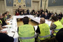 法國總理菲利普和利摩日市長於當地時間週五,在位於法國中部的利摩日市政廳與「黃背心」運動的代表交談。