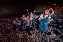 寬闊的舞台佈滿報紙,配合演員各種的肢體表演,台上的畫面豐富,讓觀眾目不暇給。