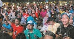 509當天,希盟支持者拿著希盟旗幟及 手舉電話閃光燈,坐著等待第14屆全國 大選非官方成績公佈,而這天也成了我 國歷史上最具歷史性的時刻。 (攝影:徐慧美)
