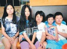 吳嘉梅(左3)與4名孩子相依為命,左為戴儀婷。