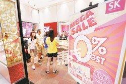 不少商家配合消費稅變零,推出各種優惠。 (攝影:劉維杰)