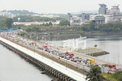 柔佛長堤從新山入境到新加坡方向,週日一早便出現長長車龍,直到傍晚也一樣。然而,往新山方向則是通暢無阻。 (攝影:劉維杰)
