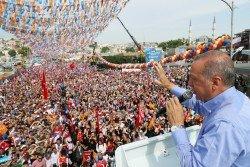 土耳其總統埃爾多安當地時間週五,在該國最大城市伊斯坦布爾進行選前演講,為周日的總統選舉謀求連任做最後的拉票。
