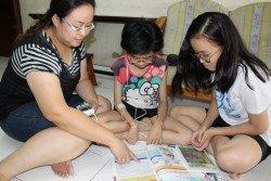 林凱兒(右)及林凱恩(中)熱愛閱讀,李彩鈴每逢休息日就會在家陪伴她們.