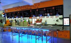明德小學的食堂以橙色為主體顏色,有詳細的菜單及LED告示牌傳達訊息。