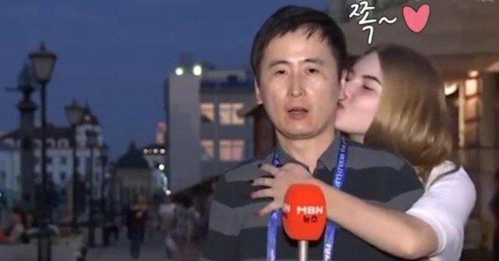韓國記者直播世界杯 遭2女亂入狂親
