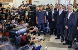 總檢察長湯米湯姆斯馬來語不好,而被要求撤換。圖為湯米(右)在記者會上被納 吉支持者叫囂,而被迫轉移 地點召開記者會。