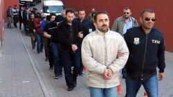土耳其政府在2017年4月,將一批伊斯蘭教教士居倫的支持者帶上警局。土耳其當局指控流亡美國的居倫,策動2016年的軍事政變。但居倫否認涉事。