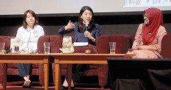 楊美盈(中)表示,在記者會上使用3語,是為了讓更多人明白及了解政府的想法。(攝影:陳啟新)
