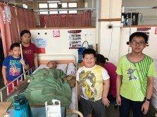 蘇國良(躺者)因發燒于7月6日再次進院,馮美芳(左2)除了醫院住家兩地奔波,也要接送孩子上下學。