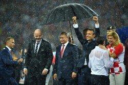 俄羅斯世界杯決賽的頒獎典禮下起大雨,只有俄羅斯總統普京(中)及時獲得工作人員撐傘,克羅地亞總統基塔羅維奇(右起)、法國總統馬克龍和國際足聯主席因凡蒂諾(左2),唯有淋雨。