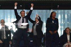 法國總統馬克龍(左2)在法國隊奠定勝局後,難以壓抑內心狂喜,在貴賓看台前的平台上歡呼慶祝。