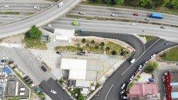 柔佛再也花園峇卡哇里區路口駛出地不佬路的路段封閉工程已完成。民眾未來需要取道蜆殼油站的入口處的雙向道銜接地不佬路段。 -照片由陳傳平提供-